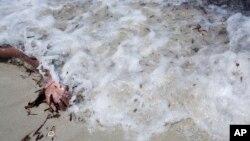 Cánh tay của một di dân thiệt mạng ở Zuwara, Libya, vào ngày 28/8/2015.