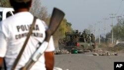 Pasukan keamanan di kota La Ruana, Michoacan, Meksiko, yang sering dilanda kekerasan karena perang kartel narkoba. (Foto: Dok)