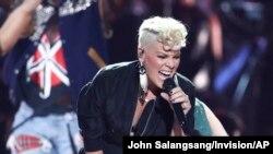 Pink tampil di iHeartRadio Music Festival, di T-Mobile Arena, Las Vegas, 22 September 2017.