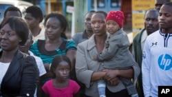Rodjaci čekaju tela nastradalih u napadu na autobus u Manderi u Kenij, 22. novembar 2014.
