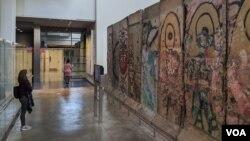 Una visitante observa la exhibición de una parte del muro de Berlín, Alemania. La noticia de su caía marcó el fin de la guerra fría entre la Unión Soviética y Estados Unidos.