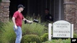 Эксперт работает на месте происшествия в жилом комплексе в городе Обурн в Алабаме