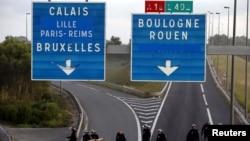 Французька поліція перекрила Євротунель для вантажівок, відтіснивши мігрантів, які вранці заблокували дорогу поблизу Кале, Франція. 2 серпня 2015 р.