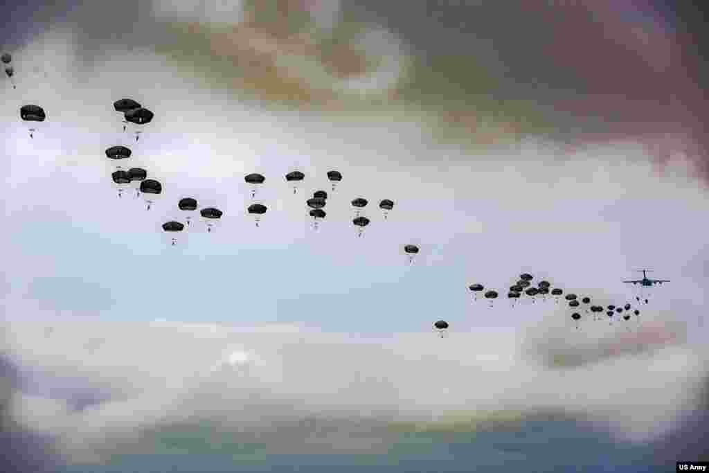 ទាហានលោតឆ័ត្រយោងអាមេរិកនៅក្នុងកងពល Airborne លេខ៨២ ចូលរួមក្នុងព្រឹត្តិការណ៍ 82nd Airborne Division Airborne Review ក្នុងកម្មវិធី All American Week XXIX នៅក្រុង Fort Bragg រដ្ឋ North Carolina។