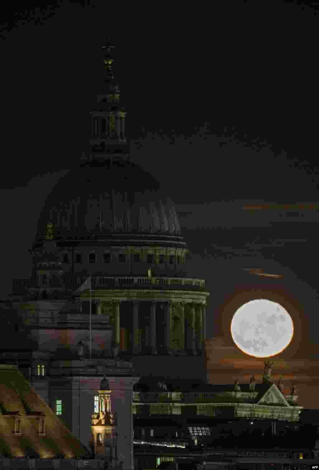 Bulan purnama (supermoon) tampak di belakang Katedral St. Paul di London, Inggris.