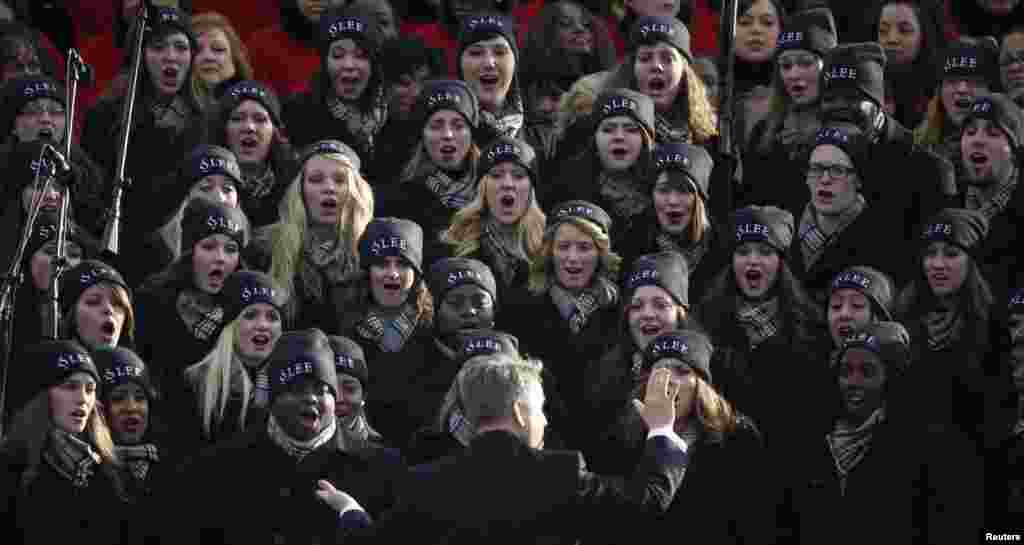 A glee core performs ahead of the swearing-in ceremonies for President Barack Obama on the West Front of the U.S. Capitol in Washington, January 21, 2013. REUTERS/Jason Reed (UNITED STATES - Tags: POLITICS)