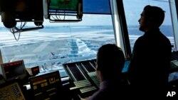 La Asociación Nacional de Controladores de Tráfico Aéreo, el sindicato que representa a los 14.000 controladores de la FAA, respaldó una infructuosa campaña en el Congreso en pro de la privatización el año pasado. El organismo dijo que evaluará el plan de Trump.