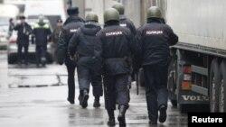 Policías se dirigen a una fábrica en las afueras de Moscú donde un hombre armado abrió fuego y mató a una persona y remó rehenes.