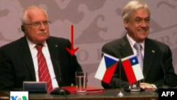 Një gjest jo aq protokollar i presidentit çek Vaclav Klaus gjatë vizitës në Kili