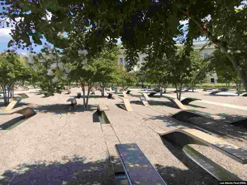 El Monumento a las 184 víctimas del ataque al Pentágono, el 11 de septiembre de 2001, en Arlington, Virginia, está ubicado en el suroeste del Pentágono.