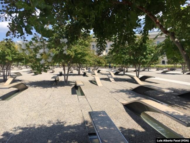 El monumento a las víctimas de los ataques del 11 de septiembre de 2001 en el Pentágono, en Arlington, Virignia, permanece abierto las 24 horas del día todos los día del año.
