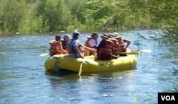 平缓的河水吸引游客划艇(美国之音国符拍摄)