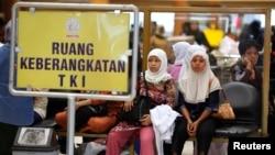 Para TKI menunggu dokumen yang sedang diproses sebelum berangkat ke Arab Saudi di bandara Soekarno-Hatta, Jakarta (foto: ilustrasi).