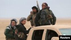Lasykar Syrian Democratic Forces (SDF) siaga di atas kendaraan mereka di dekat Raqqa, Suriah (foto: dok).