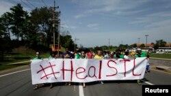 民众抗议弗格森镇警察开枪射杀黑人青年布朗