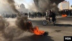 تصویری از اعتراضات مردم در شهر اصفهان به گرانی بنزین در روز شنبه ۲۵ آبان ماه