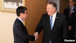 마이크 폼페오 미국 국무장관과 고노 다로 일본 외무상이 지난해 10월 도쿄에서 회담에 앞서 악수하고 있다.