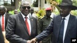 Phó Chủ tịch thứ nhất Nam Sudan Riek Machar (trái) và Tổng thống Salva Kiir (phải) bắt tay sau cuộc họp đầu tiên của tân chính phủ liên minh chuyển tiếp, tại thủ đô Juba, ngày 29 tháng 4 năm 2016.