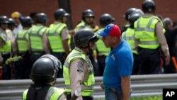Los enfrentamientos entre la policía y los manifestantes que piden el referendo revocatorio han escalado en violencia.
