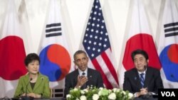 ປະທານາທິບໍດີ Obama (ກາງ) ພົບປະກັບນາຍົກລັດຖະມົນຕີ ຍີ່ປຸ່ນ (ຂວາ ) ທ່ານ Shinzo Abe ແລະປະທານາທິບໍດີເກົາຫຼີໃຕ້ (ຊ້າຍ) ທ່ານນາງ Park Geun-hye.