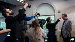 Novinaru Asosijejted Presa Kevinu Frekingu mere temperaturu u Beloj kući, 17. marta 2020.