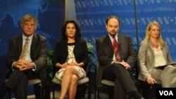Участники дискуссии на «Голосе Америки» слева направо: Дэвид Саттер, Мириам Ланской, Владимир Кара-Мурза, Сюзан Корк. Вашингтон. 2012 г.