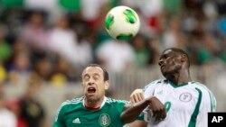Tiền vệ Mexico Gerardo Torrado (6) đánh đầu trong một pha giành bóng với Joseph Akpala của đội Nigeria (9). Một cuộc nghiên cứu mới đây cho thấy đánh đầu có thể làm tổn thương não.