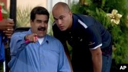 El presidente venezolano, Nicolás Maduro, (izquierda) habla con el diputado oficialista Héctor Rodríguez, en Caracas, Venezuela, el 21 de noviembre, de 2016.