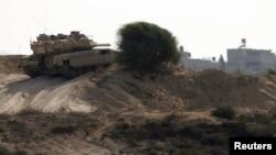 Tank Israel berpatroli di dekat perbatasan dengan Jalur Gaza bagian utara, Rabu (24/10).