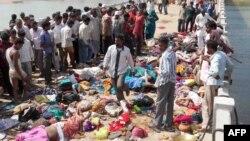 На мосту, ведущем к индуистскому храму в штате Мадхия-Прадеш, погибли 89 человек. Индия. 13 октября 2013 г.