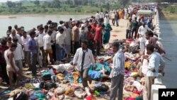 압사 사고가 일어난 마디야프라데시주 힌두 사원 밖 다리에 시체들이 놓여있다.