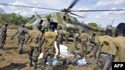 Vojnici Ugande koji tragaju za liderima Božje armije otpora tovare zalihe u vojni helikopter