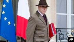 Bộ trưởng Nội vụ Pháp Bernard Cazeneuve rời khỏi cuộc họp nội các hàng tuần tại điện Elysee ở Paris, ngày 02/12/2015.