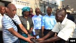 Un soldat de Renamo livre des armes aux membres de Renamo à Beira, au centre du Mozambique, le 9 ocyobre 2015.