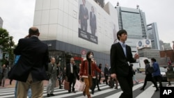 Suasana di sebuah penyeberangan jalan di Tokyo.