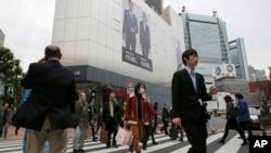 La economía de Japón cayó inesperadamente en recesión debido a la disminución de la inversión en el sector inmobiliario y de negocios.