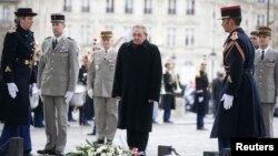 Chủ tịch Cuba Raul Castro tham dự buổi lễ tại Mộ Chiến sĩ Vô danh tại Khải Hoàn Môn ở Paris, ngày 1/2/2016.