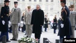 쿠바의 라울 카스트로 국가평의회 의장이 1일 프랑스 파리의 상징인 개선문에서 열린 환영 행사에 참석했다.