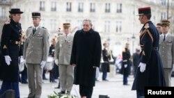 Raul Castro na tumba do soldado desconhecido em Paris.