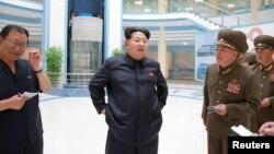 Lãnh tụ Bắc Triều Tiên trong một chuyến đi thị sát đến một cơ sở công nghệ tại Bình Nhưỡng.