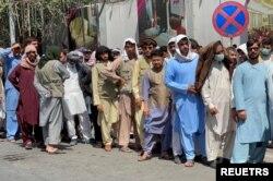 کابل میں ایک بینک کے باہر رقم نکلوانے والوں کی طویل قطار، بینک 200 ڈالر فی ہفتہ سے زیادہ ادائیگی نہیں کر رہے۔ 16 ستمبر 2021