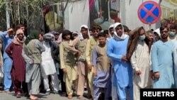 افغان شہری بینکوں کے باہر قطار لگائے کھڑے ہیں۔
