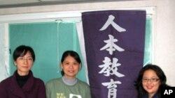 馮喬蘭(中)為改善教育奉獻心力