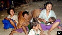 Hầu hết những người sống trong trại Mae La đều là người sắc tộc Karen đã bỏ chạy khỏi quê nhà để trốn tránh sự áp bức của quân đội ở Miến Ðiện.