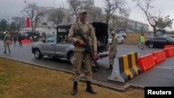 Binh sĩ Pakistan canh gác bên ngoài tòa án tối cao ở Islamabad. Thủ tướng Pakistan Nawaz Sharif đã cho áp dụng lại án tử hình sau vụ tấn công trường học giết chết 134 trẻ em cùng với 16 nhân viên nhà trường hồi tháng 12/2014.