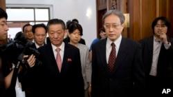 Trưởng đoàn đàm phán Nhật Bản Junichi Ihara (phải) và người đồng nhiệm phía Bắc Triều Tiên Song ll Ho, tại cuộc họp ở Đại sứ quán Bắc Triều Tiên, Bắc Kinh, ngày 1/7/2014.