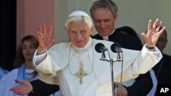 教宗本笃十六世敬拜仁爱圣母像后向信众挥手致意