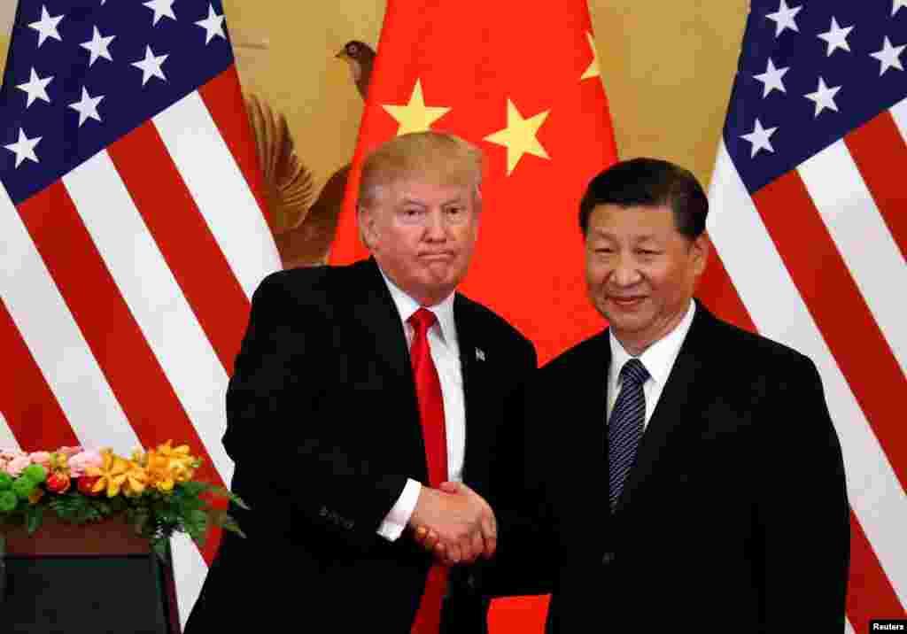 O Presidente dos EUA Donald Trump e o Presidente da China Xi Jinping fazem comunicado conjunto no Grande Salão do People em Pequim, China. 9 de Novembro, 2017.