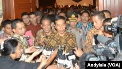 Presiden Jokowi menjawab wartawan seusai membuka Rakor Darurat Narkoba Tahun 2015 di Hotel Bidakara Jakarta, 4 Februari 2015. (Foto: VOA/Andylala)