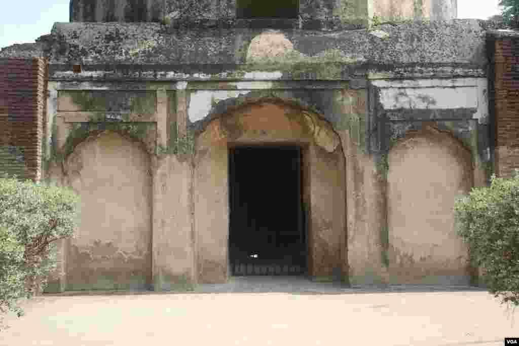 اس مقبرے کا بنیادی ڈھانچہ پانچ فٹ کے چوکور چبوترے پر بنایا گیا ہے جس کے عین وسط میں جائے مدفن ہے اور اس مرکزی کمرے کے چاروں جانب دروازے موجود ہیں۔